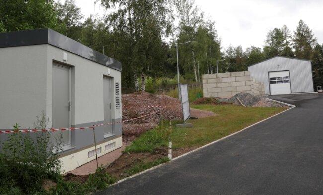 Auf dem Lagerplatz an der Gartenstraße fand neben der Kalthalle (hinten) unter anderem auch ein Technikgebäude (links) Platz, das im Zusammenhang mit dem städtischen Glasfasernetz errichtet wurde.