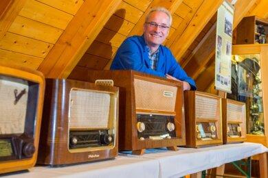 Rundfunktechniker Volker Fischer aus Schwarzenberg hat Teile seiner umfangreichen Sammlung in Johanngeorgenstadt aufgebaut.