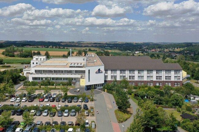 Die Pleißentalklinik in Werdau aus der Vogelperspektive. Das auf der grünen Wiese errichtete Haus wurde im Juni 1999 eröffnet.