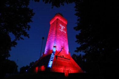 Auch der Bismarckturm in Glauchau erstrahlte am Montagabend in rotem Licht.