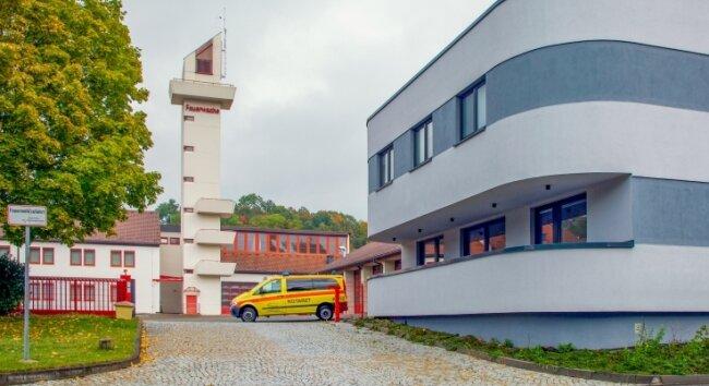 Künftig ist es einfach: Die Feuerwache (links) gehört der Stadt Flöha und die Rettungswache (rechts) dem Landkreis Mittelsachsen.