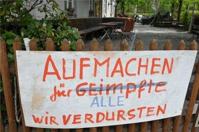 Ist die Geduld allmählich zu Ende? Ein Banner mit der Forderung, die Biergärten wieder zu öffnen, hängt am Zaun eines Biergartens in München.