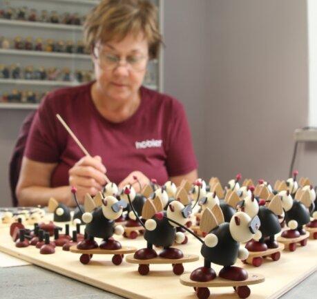 Annette Oehmer fügt die vielen Einzelteile von Teufelchen Gustav zusammen.