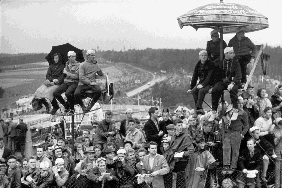 Der Sachsenring 1960 kurz vor der WM mit dem neuen Start-und-Ziel-Turm.