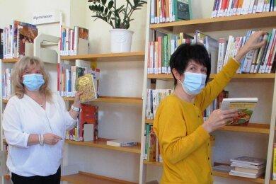 Manuela Hohberger (links) und Birgit Jäkel nutzen die Zeit des Lockdows unter anderem, um die Bücher und anderen Medien besucherfreundlicher anzuordnen.