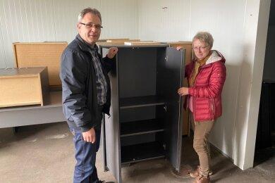 Ronald Böhm, Technischer Leiter der Kultur GmbH des Vogtlandkreises,inspizierte mit Ina Skerswetat in Raun die Möbel für das zentrale Magazin der vogtlandweit tätigen Einrichtungen.
