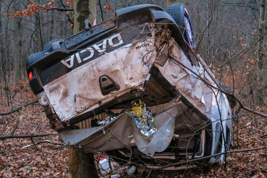 Dacia-Fahrer überschlägt sich