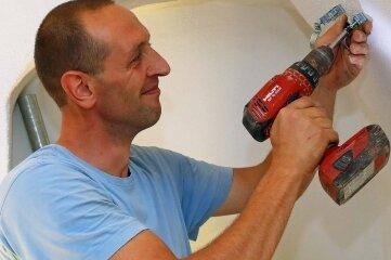 Maik Krause bereitet im Keller die Installation der Elektrikanlage vor.