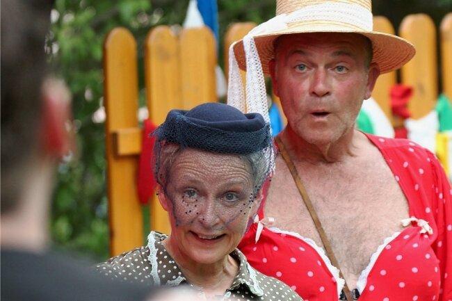 """Anna Silke Röder als Frau Muhme und Andreas Unglaub als Madame Schauer in dem Stück """"Das Jahrmarktsfest zu Plundersweilern""""."""