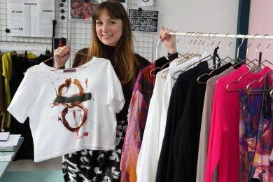 Sara Linke zeigt Teile ihrer eigenen Kollektion. Designs, Farben und Muster stammen vom Schweizer Künstler Beat Toniolo. Die Begegnung erfolgte zufällig, entpuppte sich aber als äußerst fruchtbar für die junge Geschäftsführerin und Modedesignerin.