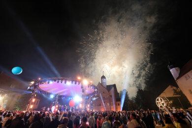 Feuerwerk wird im Innenhof von Schloss Klaffenbach gezündet. Wegen eines heftigen Gewitters musste die MDR-Open-Air-Show «Die Schlager des Sommers» für einige Zeit unterbrochen werden. Die Ausstrahlung im MDR-Fernsehen ist für den 10. August geplant.