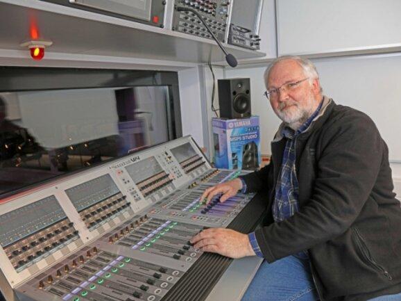 Er sorgt für den guten Ton im Theater: Armin Hoier am Mischpult. Er hofft darauf, mit seiner Technik bald wieder Publikum beschallen zu dürfen.
