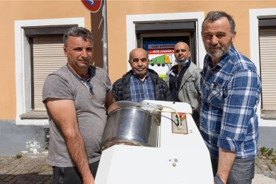 Noch während Jemil Häyta, Hasan und Husayin Poslu und Musa Poslu (von links) die letzten Küchengeräte in den Transporter packten, wollten Kunden einen Döner kaufen.