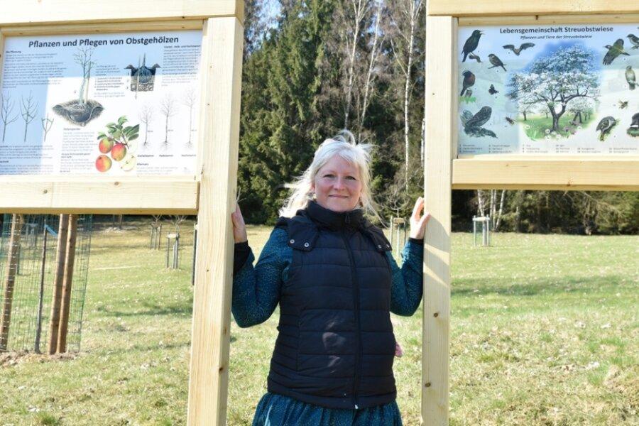 Beim Landschaftspflegeverband Oberes Vogtland wurden im Winter Infotafeln gebaut und nun an der Naturschutzstation Riedelhof in Eubabrunn aufgestellt. Verbandsgeschäftsführerin Katrin Deike zeigt sie.