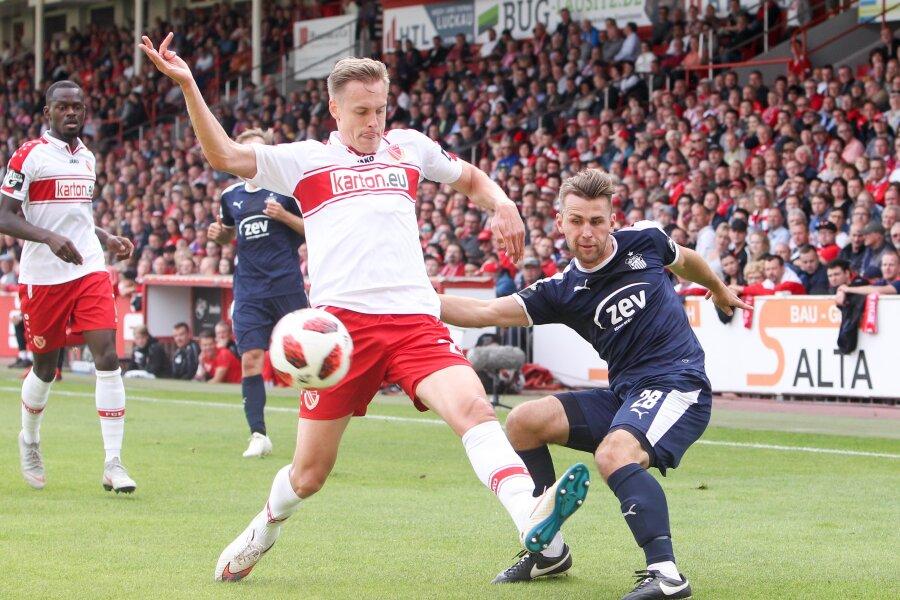 Der Cottbuser Lars Bender (links) und FSV-Spieler Nils Miatke (rechts) kämpfen um den Ball.