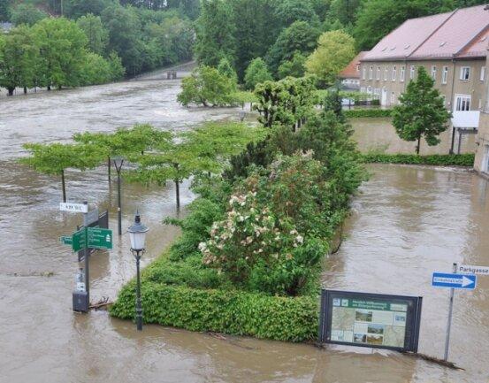 Doch die Weiße Elster kann auch anders: Im Juni 2013 versanken die Residenzstadt und der Fürstliche Greizer Park in den Hochwasserfluten. Im Bild der Bereich von Parkverwaltung und Gärtnerei.