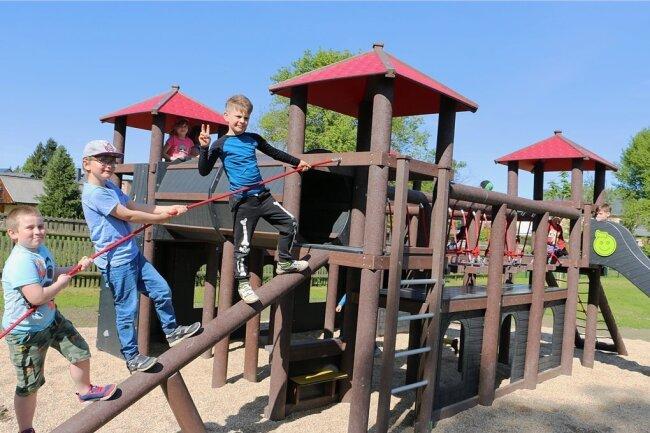 Der städtische Spielplatz in Mühltroff hat mit dem Spielschloss eine neue Attraktion. Sie bietet viel Abwechslung und wird auch von den Mädchen und Jungen der Kindertagesstätte Kleeblatt genutzt.