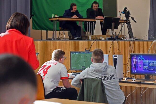 Marcel Gramann (vorn rechts) und Sascha Hendel vom E-Sports-Team des FSV Zwickau gehörten zum Teilnehmerfeld.