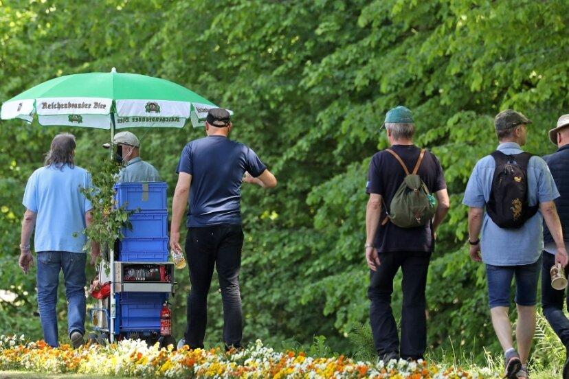 Ein Bier für unterwegs - wie hier vor einem Jahr in Waldenburg - ist am Männertag erlaubt. Wer keine Maske tragen will sollte aber mehr Abstand halten.