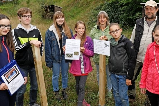 Junge Naturwächter mit ihren Betreuern Petra und Tobias Rietzsch und Schildern, die sie im Rödlitzer Biotop angebracht haben.