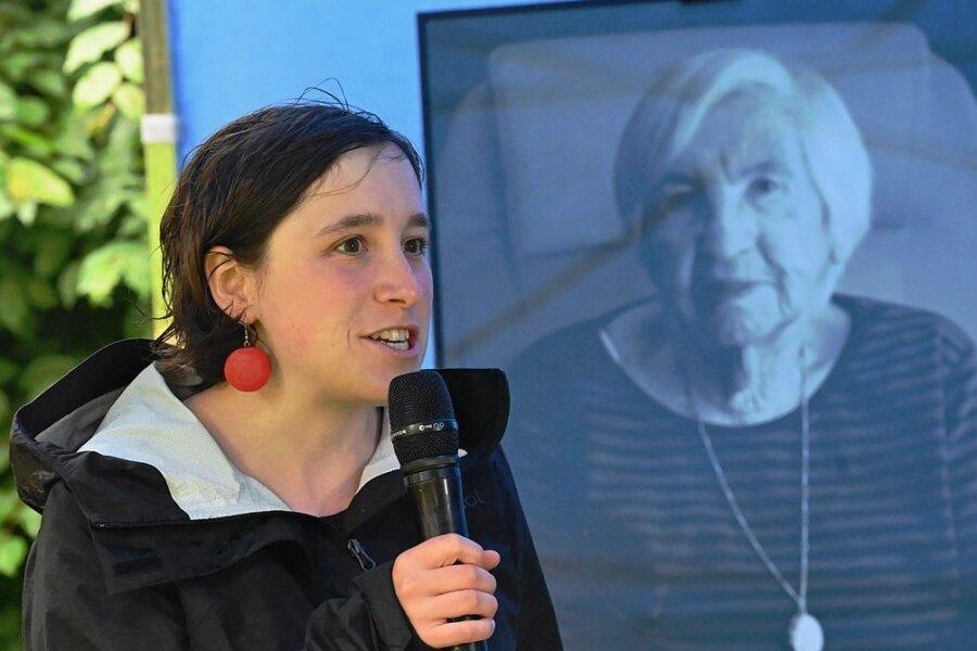 Geschichtslehrerin Anja Schüller forscht seit mehreren Jahren zum Konzentrationslager Sachsenburg bei Frankenberg. Vor einem Bild der am Wochenende verstorbenen Auschwitzüberlebenden Esther Bejarano berichtete sie im Park der Opfer des Faschismus von ihrer Arbeit.
