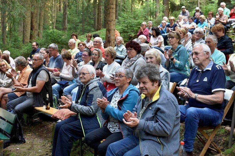 Gut 200 Besucher feierten am Samstagabend die Wiederbelebung der Waldbühne Zwota.