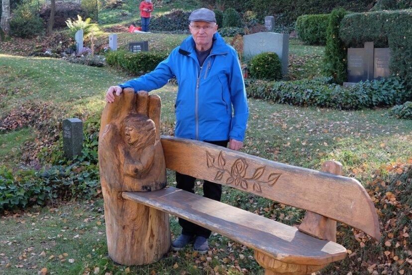 Friseurmeister Reiner Schulze hat diese Bank für den Auerbacher Friedhof gefertigt.