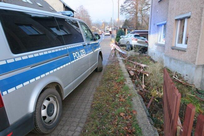 Erst landete das Auto im Vorgarten, dann an einer Hauswand.