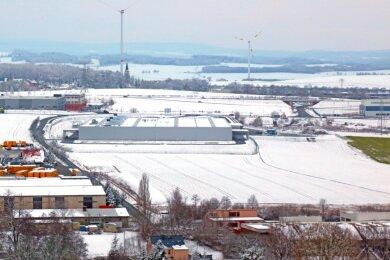 """Das Luftbild zeigt die neue Fabrik des Autozulieferers Meleghy Automotive im Reinsdorfer Gewerbegebiet """"Kirchstraße"""". Links ist die marode Gabelsbergerstraße zu sehen, die in diesem Jahr grundhaft ausgebaut wird."""