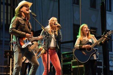 Lanny Lanner, Stefanie Hertel und Johanna Mross gaben als More Than Words für die Corona-Helfer im Vogtlandkreis ein kostenloses Konzert auf dem Marktplatz in Oelsnitz.