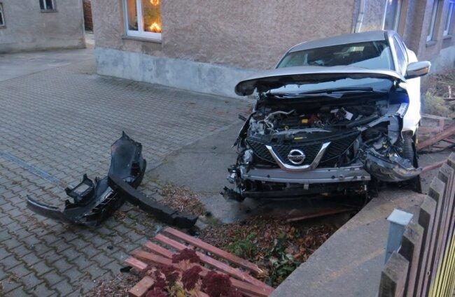 Nach ersten Informationen wurden zwei Personen verletzt.