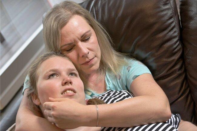 Vanessa und ihre Mutter Madeleine beginnen den Tag mit Kuscheln. Das ist für die 19-Jährige wichtig, um den Tag gut zu bewältigen.