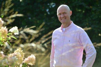 Matthias Eberlein, Oberbürgermeister-Kandidat der Freien Wähler, in seinem Garten in Adelsberg. Gärtnern gehöre zu seinen Hobbys, zurzeit bleibe ihm aber kaum Zeit dafür, sagt der 50-Jährige.
