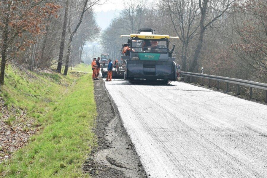 Neben der eigentlichen Baustelle innerhalb von Oelsnitz sind auch 2021 wie schon in diesem Jahr (Foto) wieder Arbeiten an der Trasse der Bundesstraße südlich bis nach Elstertal geplant. Zwischen Anfang März und Mitte April sind hier Vollsperrungen geplant.