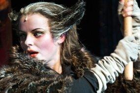 Mit großer Geste auf Mäusejagd: Julia Ebert als gestiefelter Kater auf der Bühne des Vogtland-Theaters Plauen.