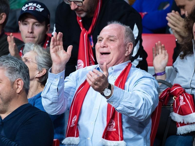 Basketball-Fan: Uli Hoeneß verfolgt ein Spieler der Korbjäger des FC Bayern.