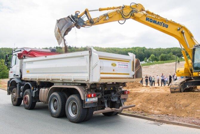 Ein großer Teil der Uranbergbau-Halde 65 in Bad Schlema ist verschwunden - mit Hilfe von insgesamt fast 57.000 Lkw-Fahrten. Die Laster transportierten die Erdmassen seit Sommer 2018 zur Halde 371 nach Hartenstein. Am Donnerstag ist in einem symbolischen Akt der letzte Lkw befüllt worden.