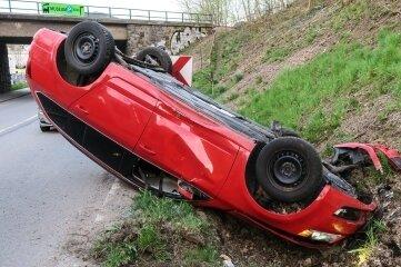 Das Auto blieb auf dem Dach liegen.