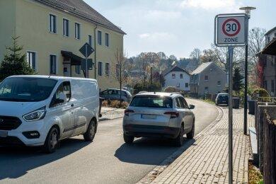 Eingeführt wegen der Bauarbeiten an der A-72-Anschlussstelle Treuen, soll nach deren Ende entschieden werden, ob die Tempo-30-Zone in der Ortsdurchfahrt von Hartmannsgrün bleibt.