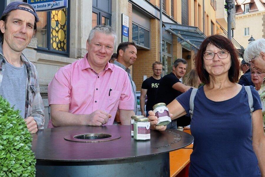 Matthias Werler (links) und Marcus Otto gehören zu den Köchen, die die 500 Suppen kostenlos gekocht haben. Edeltraud Gehmlich findet die Spendenaktion klasse und hat sich gern beteiligt.