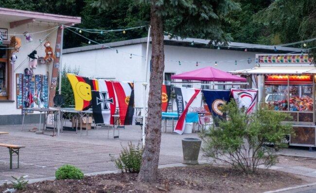 Besucher aus Leipzig entdeckten und fotografierten die schwarz-weiß-roten Reichsflaggen neben anderen Fahnen an der Talsperre.