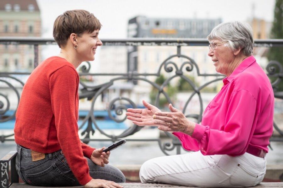 Juliane Primus im Gespräch mit einer Dame, die ihr Leben erzählt.