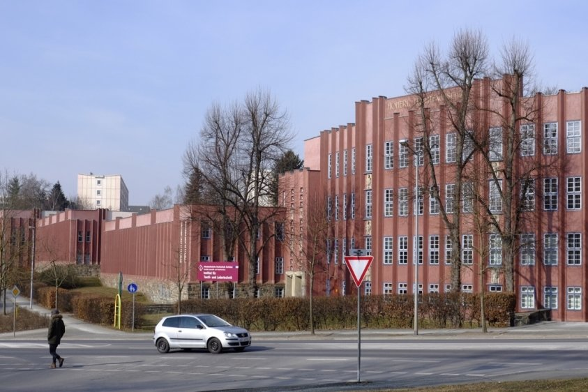 Noch ist in dem markanten roten Gebäude das Institut für Textil- und Ledertechnik untergebracht. Doch ein Ende ist absehbar.
