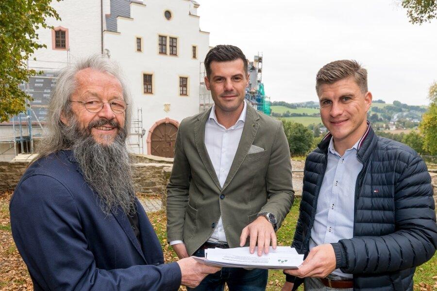 Prof. Dr. Rico Manß und Peter Gottwald von der IU Leipzig zeigen Bürgermeister Wolfram Liebing (v. r.) die Ergebnisse des Projektes.