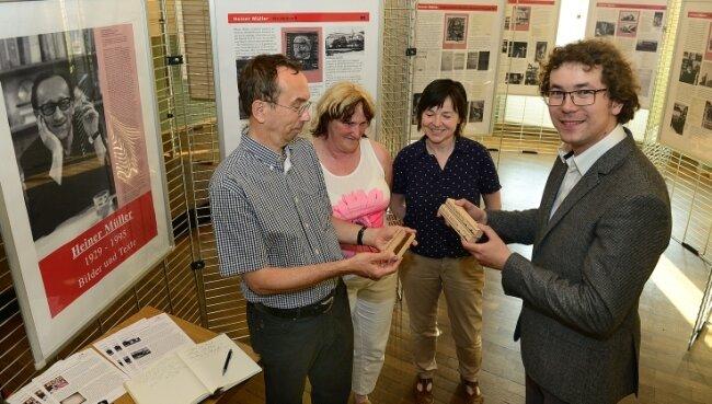 2015 begutachteten der Biograf Jan-Christoph Hauschild, Marion Rau vom Stadtarchiv, Bibliothekarin Sabine Helk und Patrick Müller (v. l.) in der Heiner-Müller-Ausstellung im Ratskeller die eigens dafür hergestellten Zigarren.