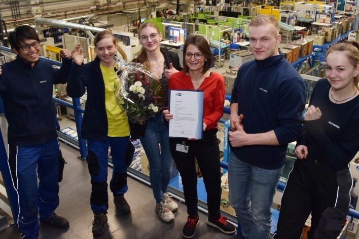 """Werkleiterin Maike Gruschwitz (Mitte) und ihr Azubi-Team freuen sich über die Auszeichnung """"Bester Ausbildungsbetrieb""""."""