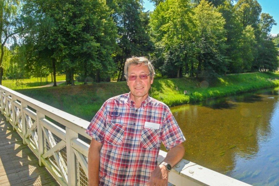 Christian Wonitzki vom Parkfreundeskreis auf der Luftbrücke über dem aktuell friedlichen Fluss.