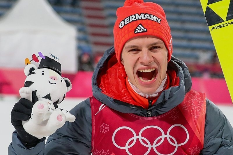 Andreas Wellinger kann am Montag das Triple perfekt machen und die dritte Medaille im dritten Wettkampf der Skispringer holen.
