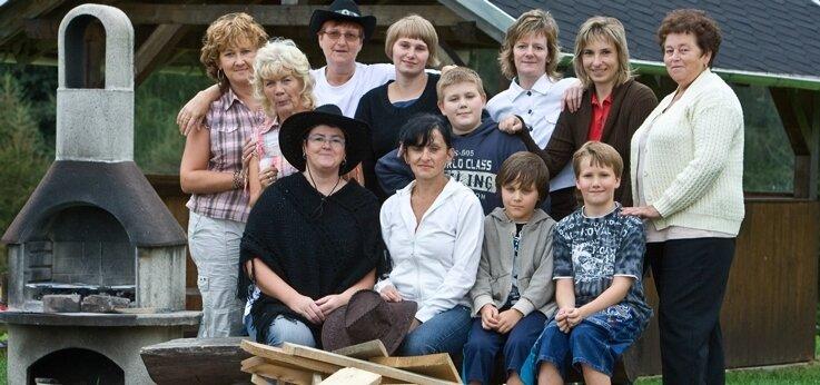 """<p class=""""artikelinhalt"""">Die Stone-Mountain-Dancers haben in Burkhardtsgrün ihr erstes Grillfest gefeiert. Vorn mit Hut Anke Dettweiler, daneben Simone Opp. </p>"""