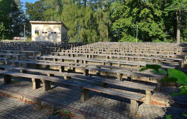 Der Zuschauerbereich der Freilichtbühne im Stadtpark in Hainichen wird ab 5. Oktober gebaut. Die Anlage bekommt neue Sitzbänke, einigen Reihen im unteren und oberen Bereich fallen weg.